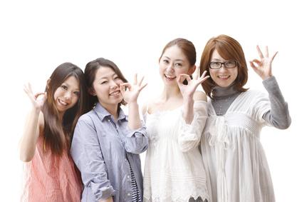 症状が改善した女性が笑顔でOKサインをしている