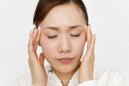 つらい頭痛や偏頭痛に悩んでいる女性