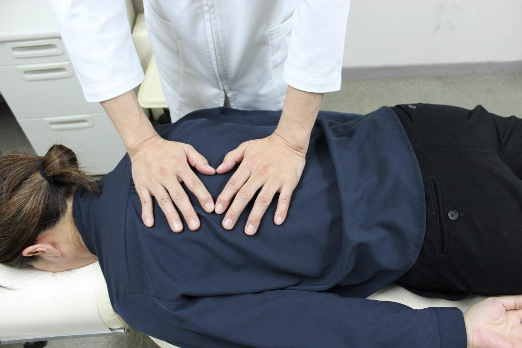 当院の施術はDRT(ダブルハンドリコイルテクニック)という背骨のゆがみを改善する施術です