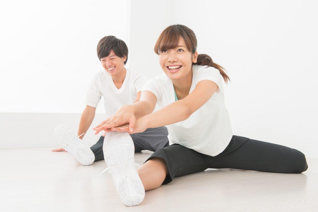 ストレッチ、運動を生活に取り入れている若い男女