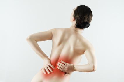 腰痛に悩んでいる女性の後姿