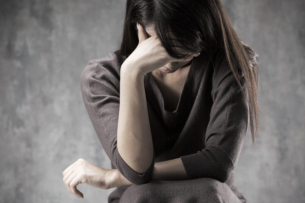 頭痛に悩まされる女性のイメージ写真