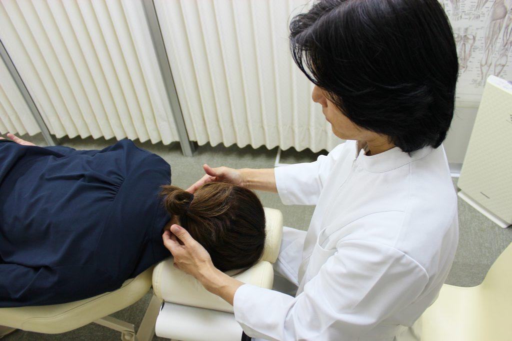 DRT(ダブルハンドリコイルテクニック)の痛みの検査をする上原宏院長