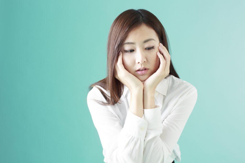 顎関節症で顎に痛みがある女性